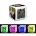 Reloj despertador con luz de colores